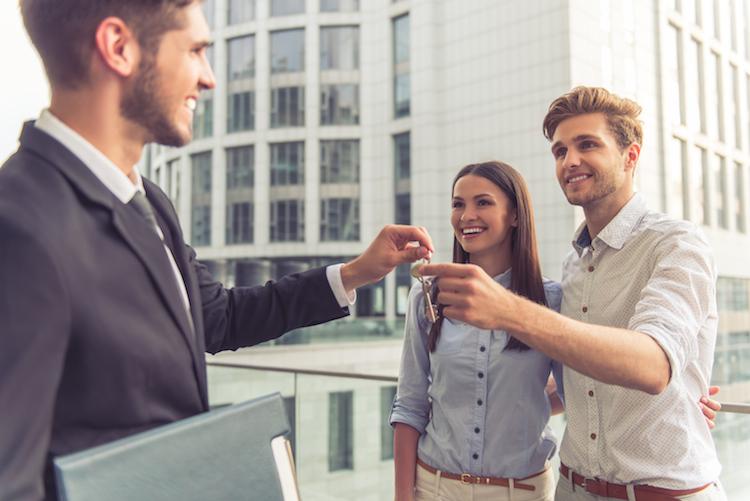 Shutterstock 446668600 in Immobilienkäufer werden immer jünger
