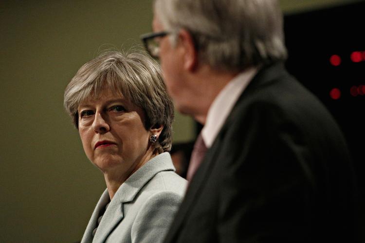Theresa-may-jean-claude-Juncker-brexit-shutterstock 1044927475-1 in Brexit: Das Klügste, was Investoren kurzfristig tun können, ist: nichts