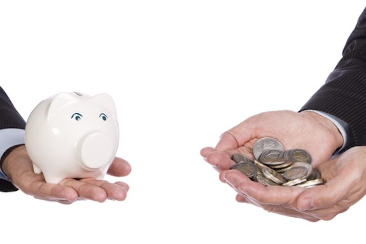 VL-sparschwein-geld-hand-chef-angestellter-anzug-shutterstock 67080547 in Vermögenswirksame Leistungen: Der Chef hilft beim Sparen