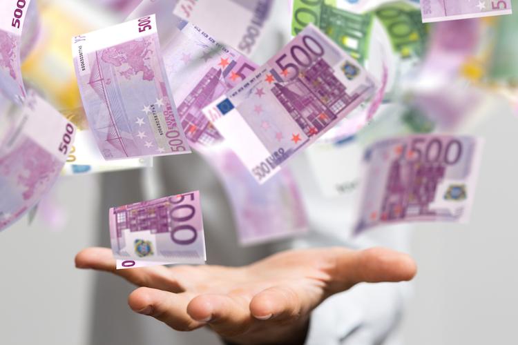 Euro-geldregen-hand-dividenden-shutterstock 1008443041 in Vier Gründe, warum Anleger auf Dividenden setzen sollten