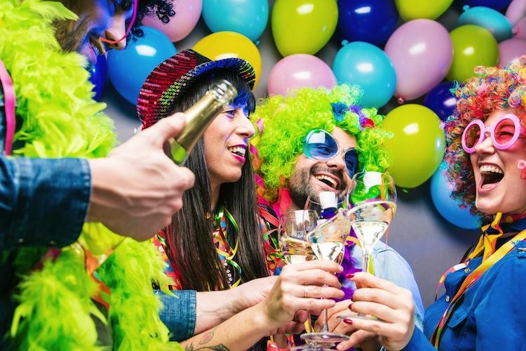 """Shutterstock 1306625446 Karneval in """"Jecke Zick"""": Alaaf und Helau - Wenn Alkohol den Versicherungsschutz gefährdet"""