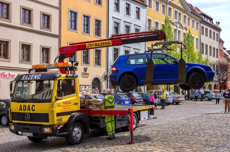 Shutterstock 402755398-abschleppen-1 in Parkzeit nur drei Stunden überschritten: Auto kostenpflichtig abgeschleppt