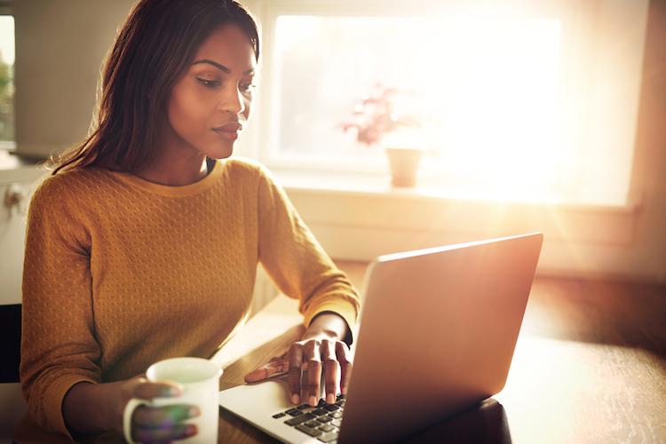 Lesen-computer-laptop-bildschirm-frau-top-5-shutterstock 377318731 in Die Top 5 der Woche: Investmentfonds