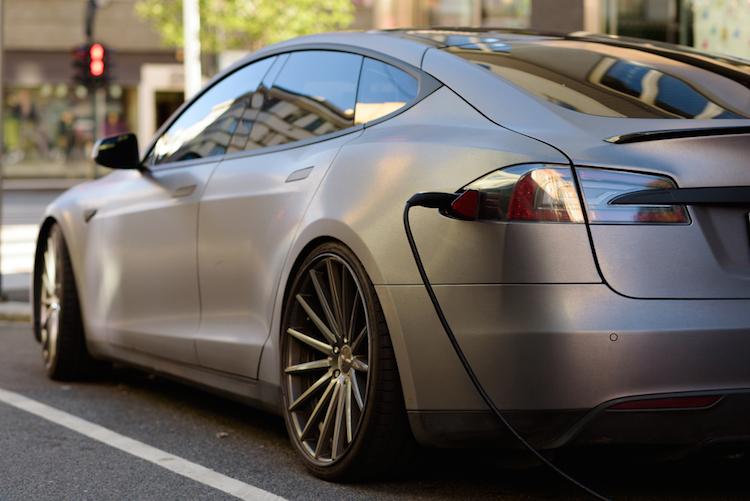 Tesla-elektroauto-autonomes-fahren-shutterstock 530306572 in Dieselautos sauberer als Elektromobile?