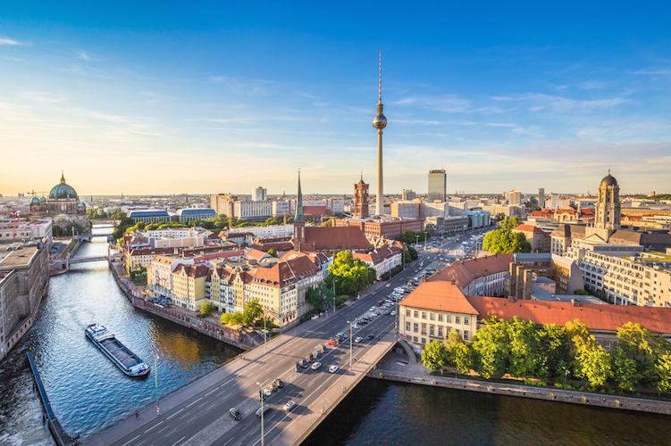 Berlin-hauptstadt-deutschland-arm-reich-einkommen-shutterstock 314149679 in Berliner Mietendeckel ist Mietensenkungsgesetz
