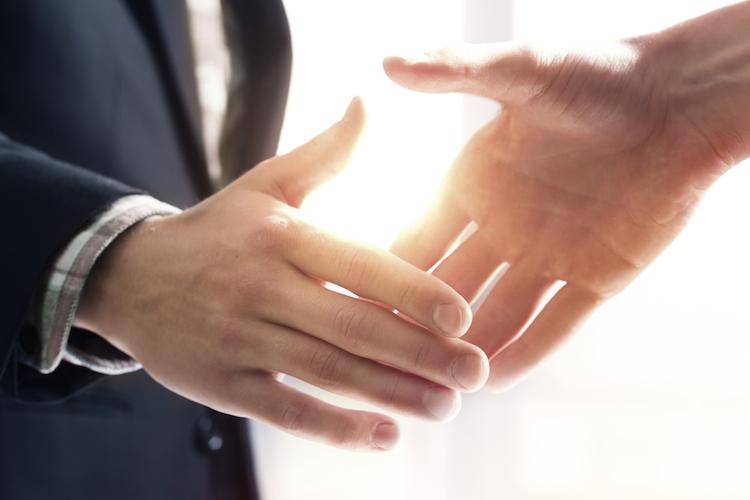 Handshake-handgeben-haendedruck-haende-hand-begrue Ung-vertrag-shutterstock 270244094 in Weckruf für aktive Vermögensverwalter