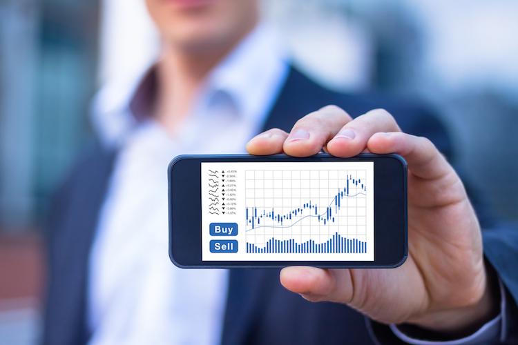 Kaufen-verkaufen-aktien-chart-smartphone-handeln-trade-shutterstock 705431146 in Aktien: Kaufen oder Verkaufen?