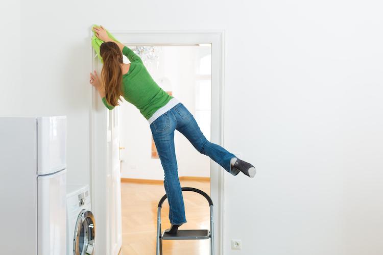 Shutterstock 137432009 in Fenster, Leiter, Knochenbruch? – Sicher durch den Frühjahrsputz