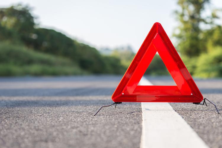 Warnung-warndreieck-verkehr-auto-rezessionsindikator-Zinskurve-shutterstock 410488807 in Invertierte Zinskurve: Warnung oder Fehlalarm?