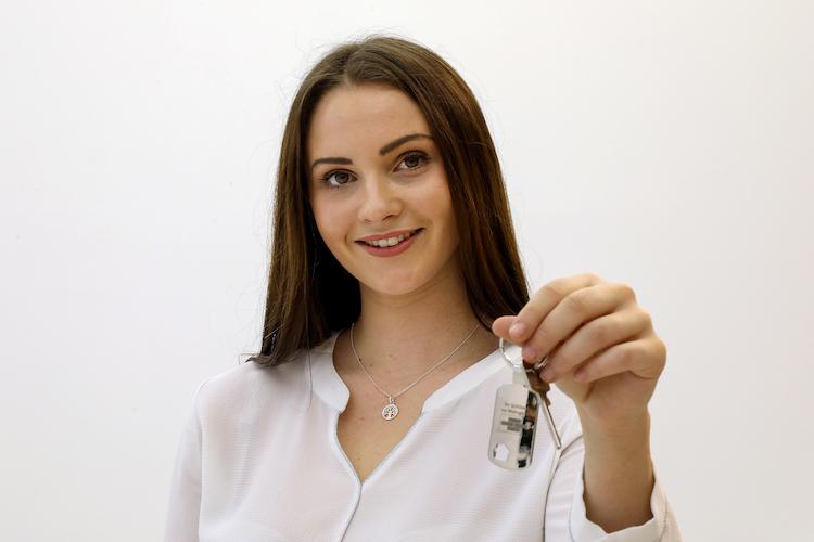 """Junge Frau Mit Haustuerschluessel in """"Mieten ist rausgeschmissenes Geld"""": Alle wollen ins Wohneigentum"""