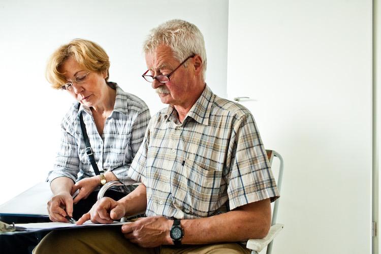 2011 Pruefender-Blick in Vor dem Wohnungskauf die Beschlüsse der Gemeinschaft prüfen