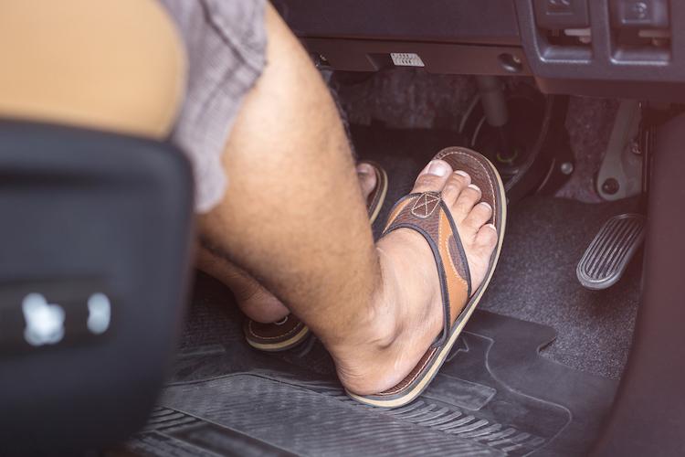 Shutterstock 644514307 in Ist das Autofahren mit Flip-Flops verboten?