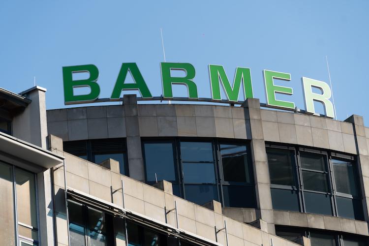 """Shutterstock 1433776157 in Real I.S. verlängert Mietvertrag mit BARMER Krankenkasse für die """"TriTowers"""" in Hamburg"""