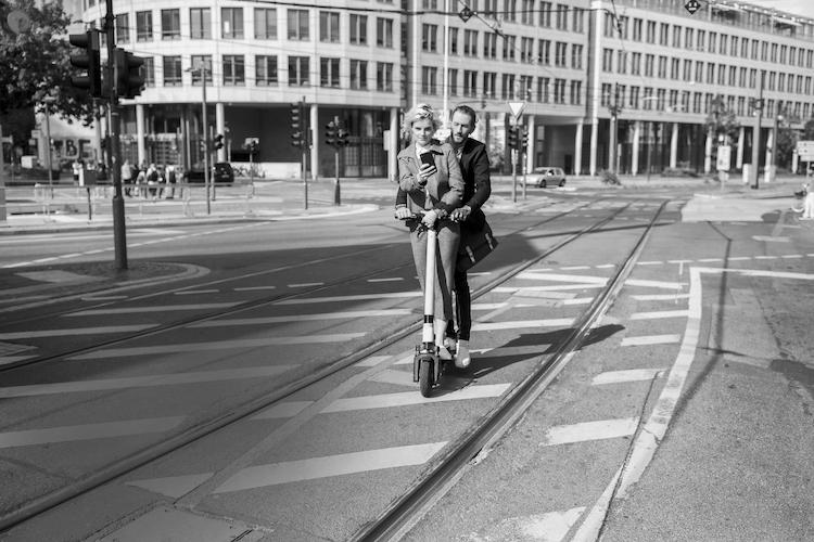 E Scooter Ohne Branding in E-Scooter: Viele Kopfverletzungen nach Unfällen