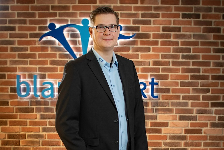 Marvin Kowalski in Blau Direkt kooperiert mit Finanzportal24
