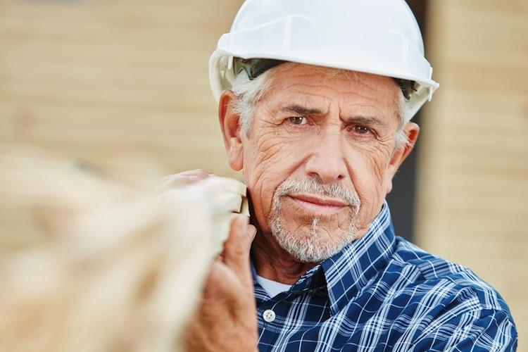 Shutterstock 611431577 AlterArbeiter in Jeder Fünfte will (oder muss) auch als Renter arbeiten
