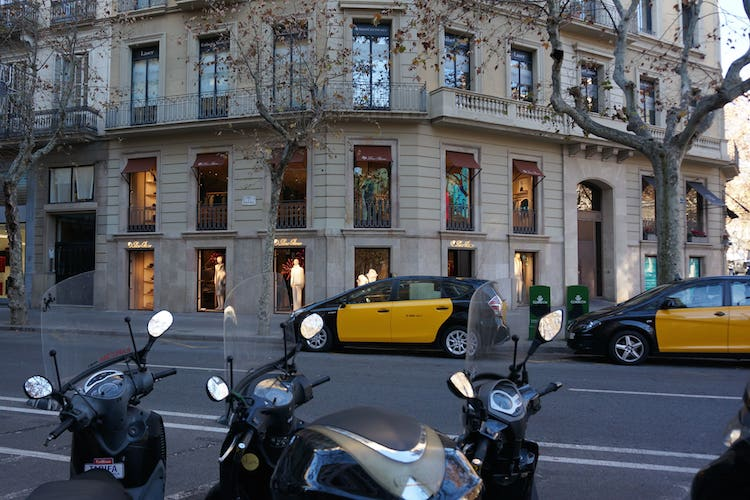 Passeig-de-Gracia Barcelona-min in AEW erwirbt Einzelhandelsobjekt im Herzen Barcelonas