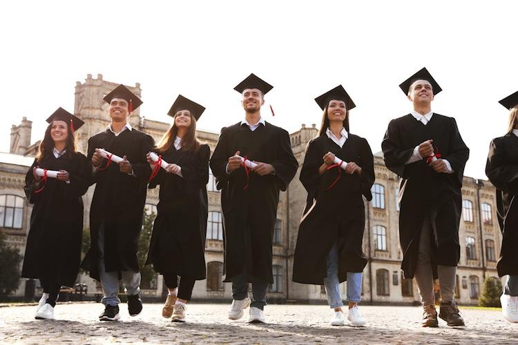 Shutterstock 1539950972 in Einkommen: Akademiker überholen Menschen mit Ausbildung spät