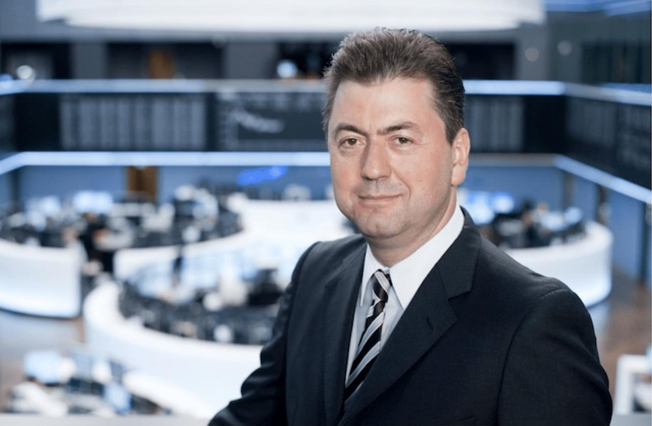 Robert Halver, Leiter der Kapitalmarktanalyse der Baader Bank, steht auf einer Empore über dem Parkett der Frankfurter Börse vor der Kurstafel des Dax.