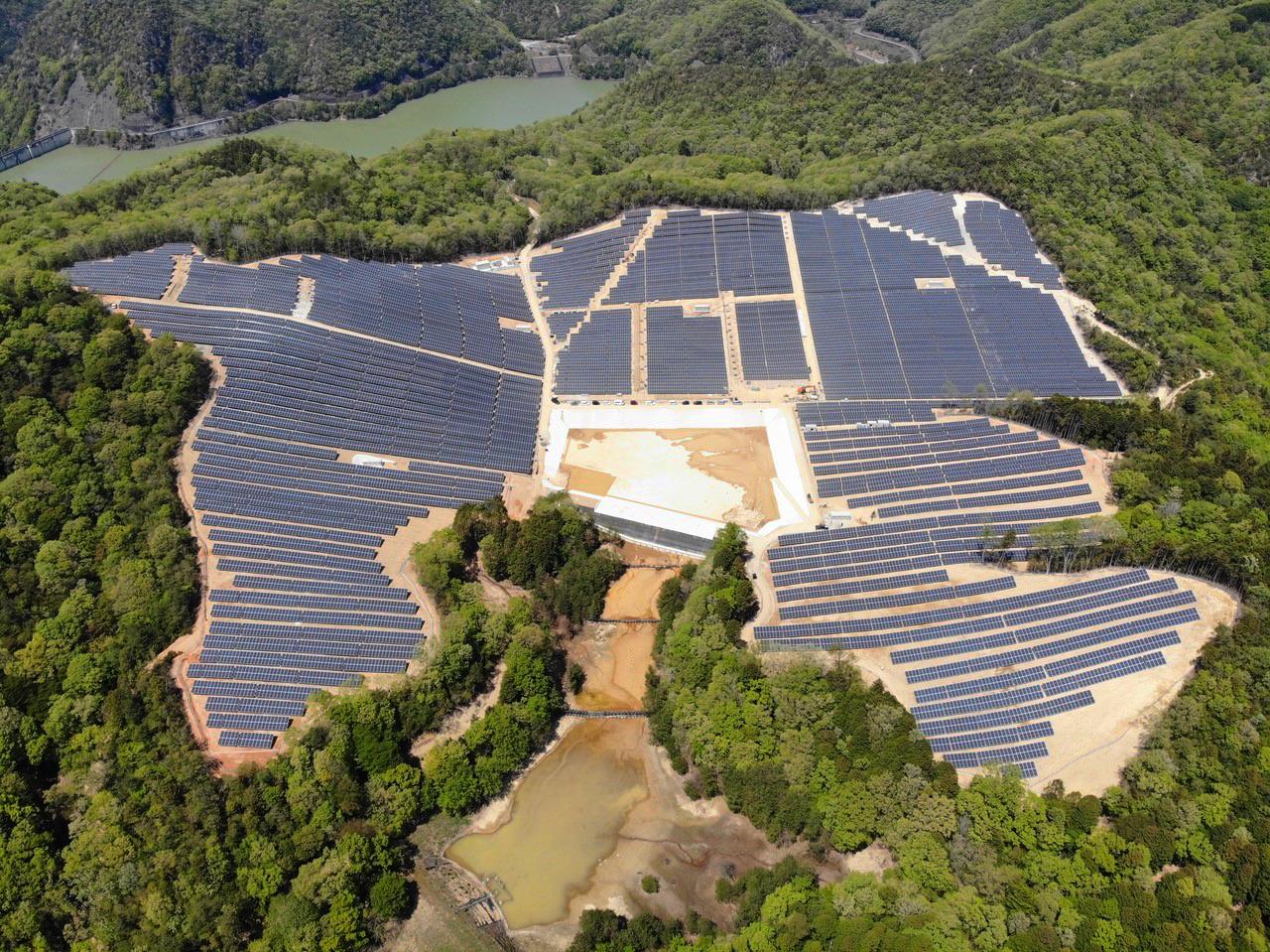 """Solarpark """"Kamigori"""" aus der Vogelperspektive"""