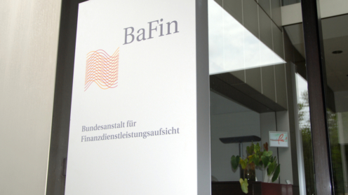 Säule mit Bafin-Logo am Eingang der BehördeEigan