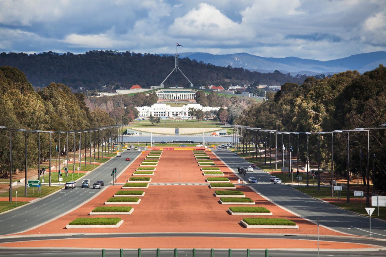 """Blick auf den """"Capital Hill"""" mit dem Parlamentsgebäude in Canberra"""