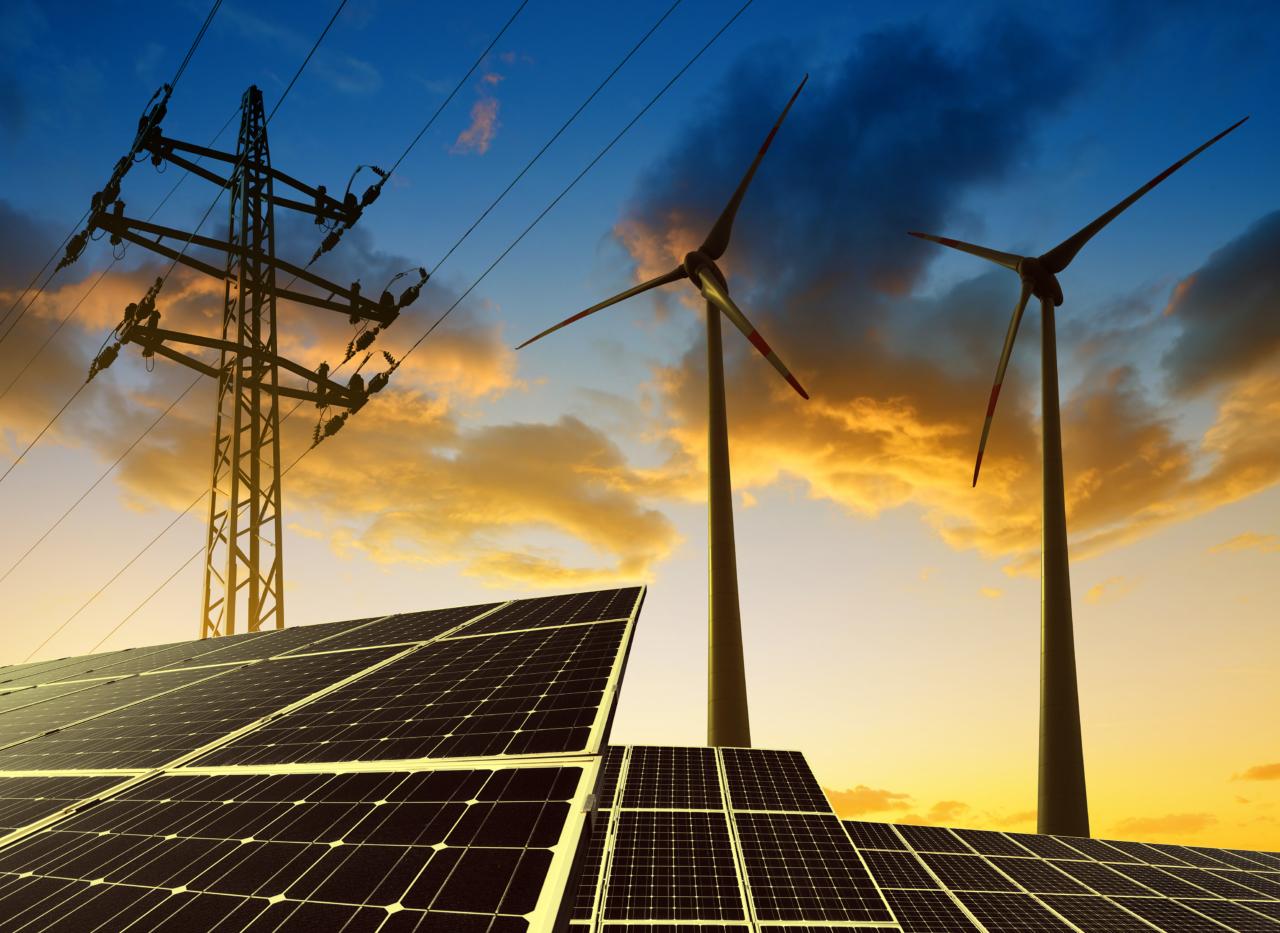 Solar- und Windkraftanlagen mit Abendstimmung