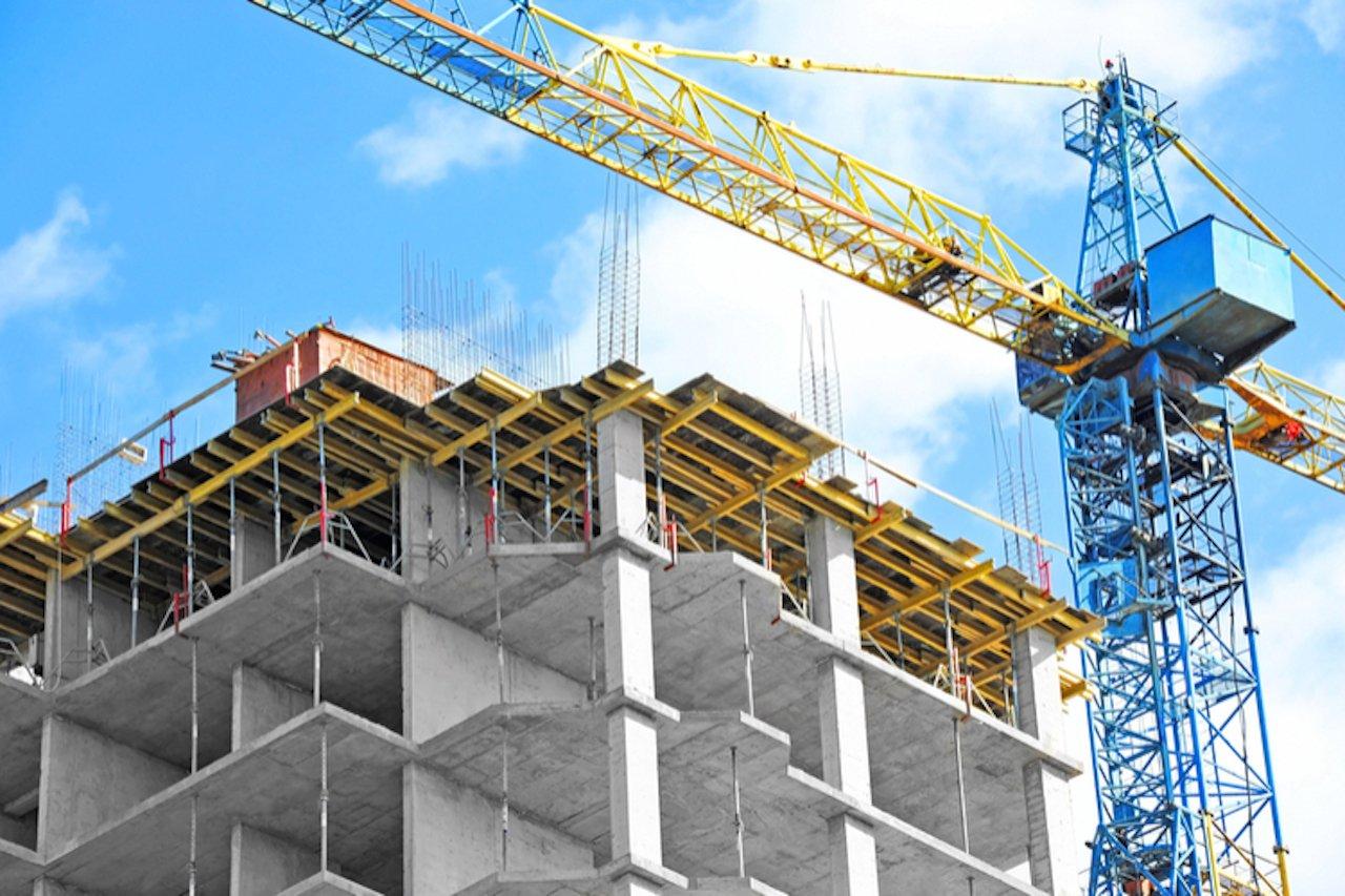 Baukran vor Wohnungsrohbau
