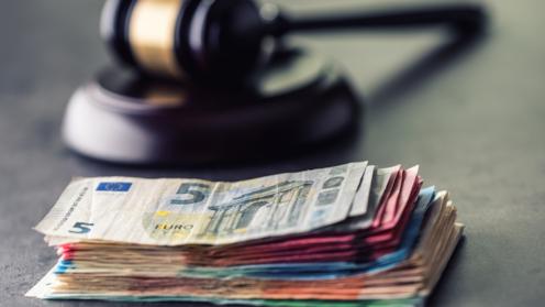 Geld unter dem Richter-Hammer