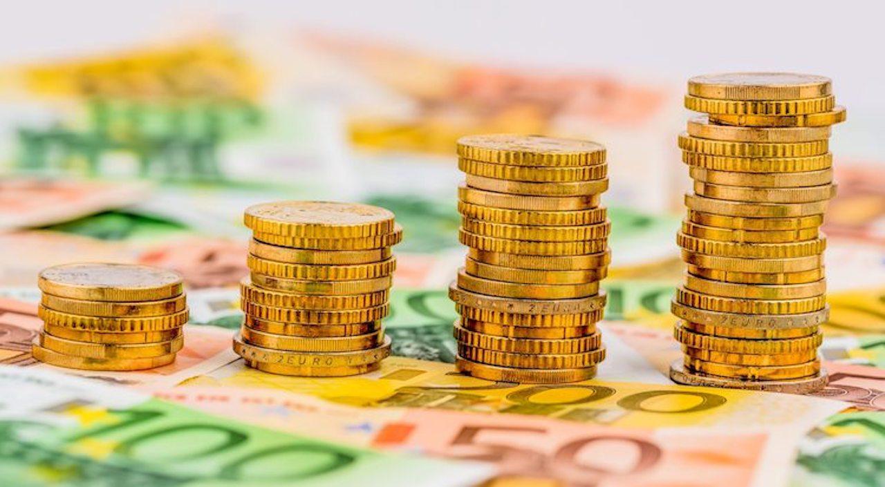 Münzstapel auf Geldscheinen