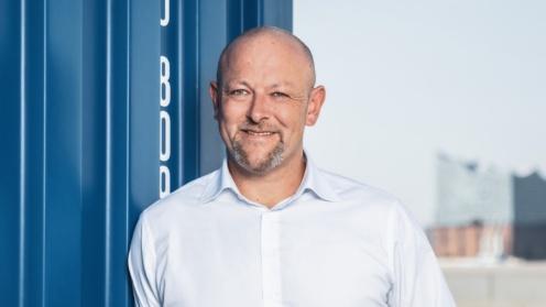 Solvium Vertriebschef Jürgen Kestler lehnt sich an einen Container