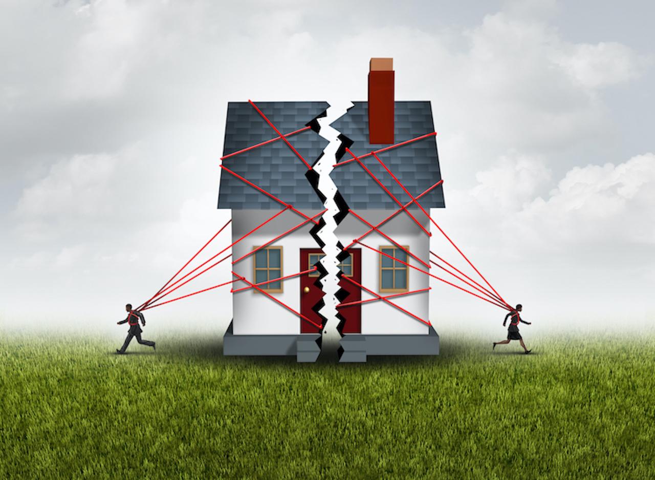 Zwei Männchen reißen ein Haus auseinander-