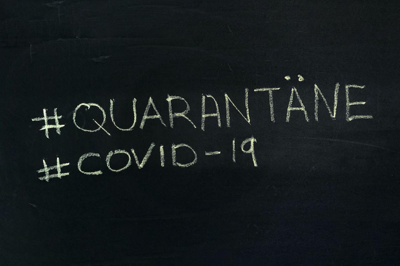 """Schriftzug mit """"#Quarantäne"""" und """"#Covid-19"""""""