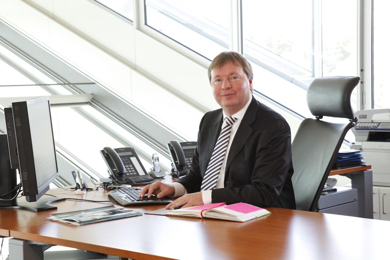 Peter Jäderberg, Gründer von Jäderberg & Cie., an seinem Schreibtisch