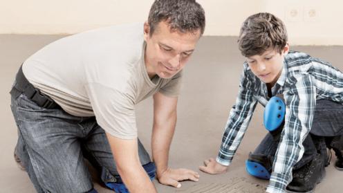 Vater und Sohn beim Handwerken