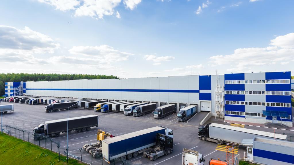 Logistik-Immobilie mit LKWs davor