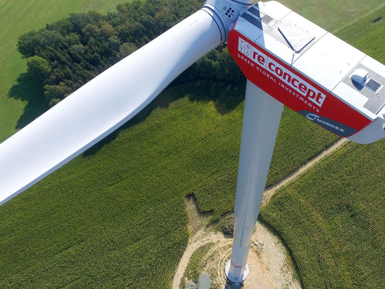 Foto einer Windenergieanlage von Reconcept von oben