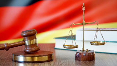 Richterhammer und Waage vor Deutschland-Flagge als Symbol für den BGH