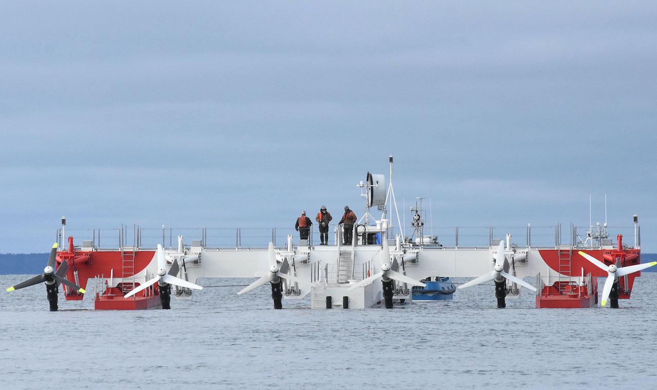 Die Gezeitenkraft-Plattform von Reconcept mit sechs Propellern schwimmt auf dem Wasser