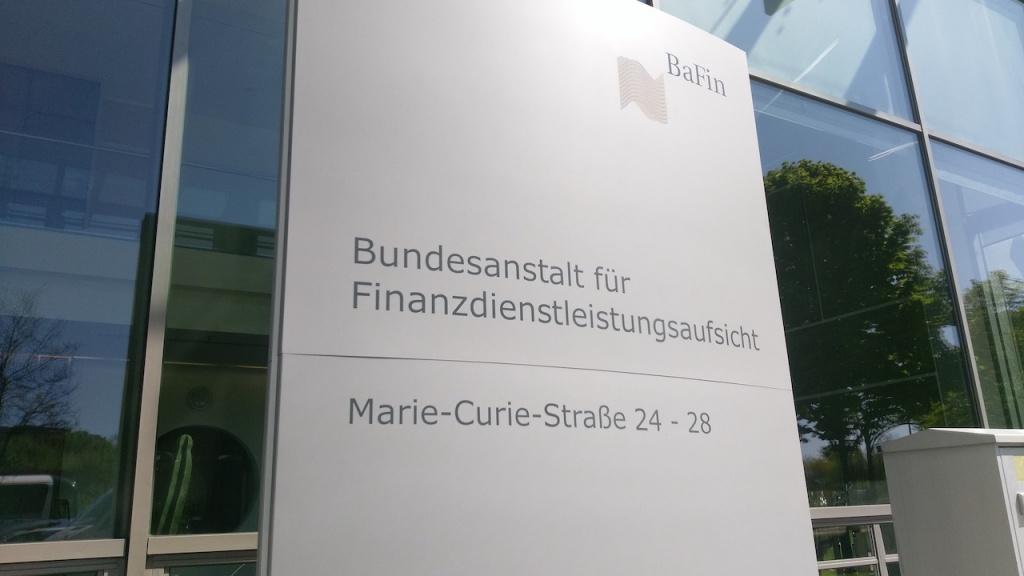 Schild vor dem Gebäude der BaFin