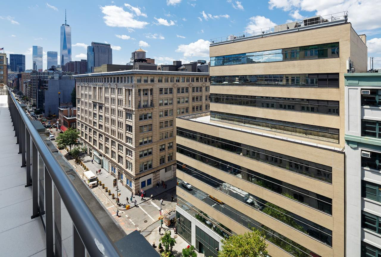 Blick über einen Teil von New York City mit dem Objekt von Jamestown im Vordergrund