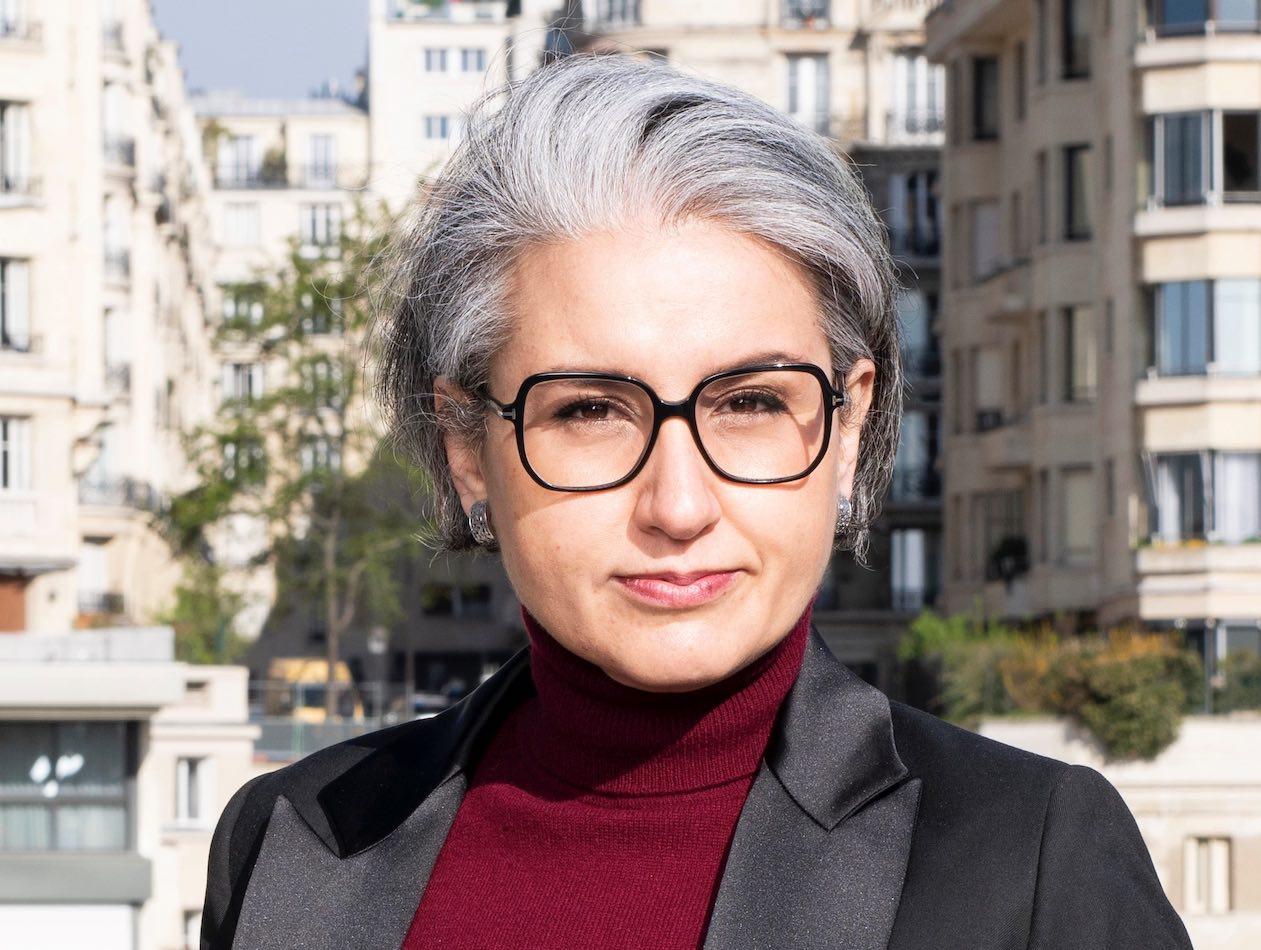 Die neue Patrizia Managerin vor einem Häusermeer