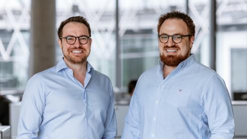 Die beiden Crowddesk Gründer lachen in die Kamera