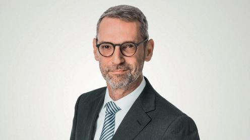 Verifort Capital CEO Frank M. Huber blickt in die Kamera