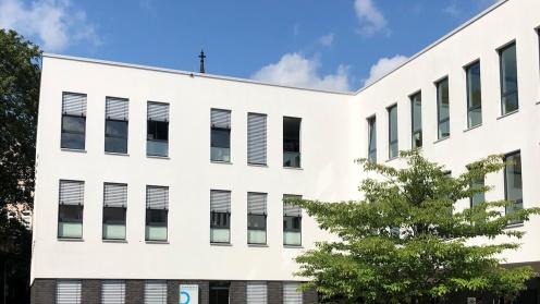 Das von Quadoro verkaufte Gebäude mit weißer Fassade