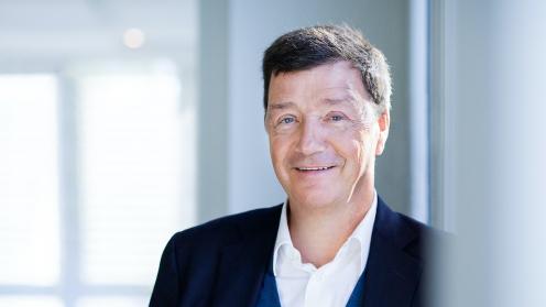 MIG Vorstand Michael Motschmann lehnt an einer Wand im Büro