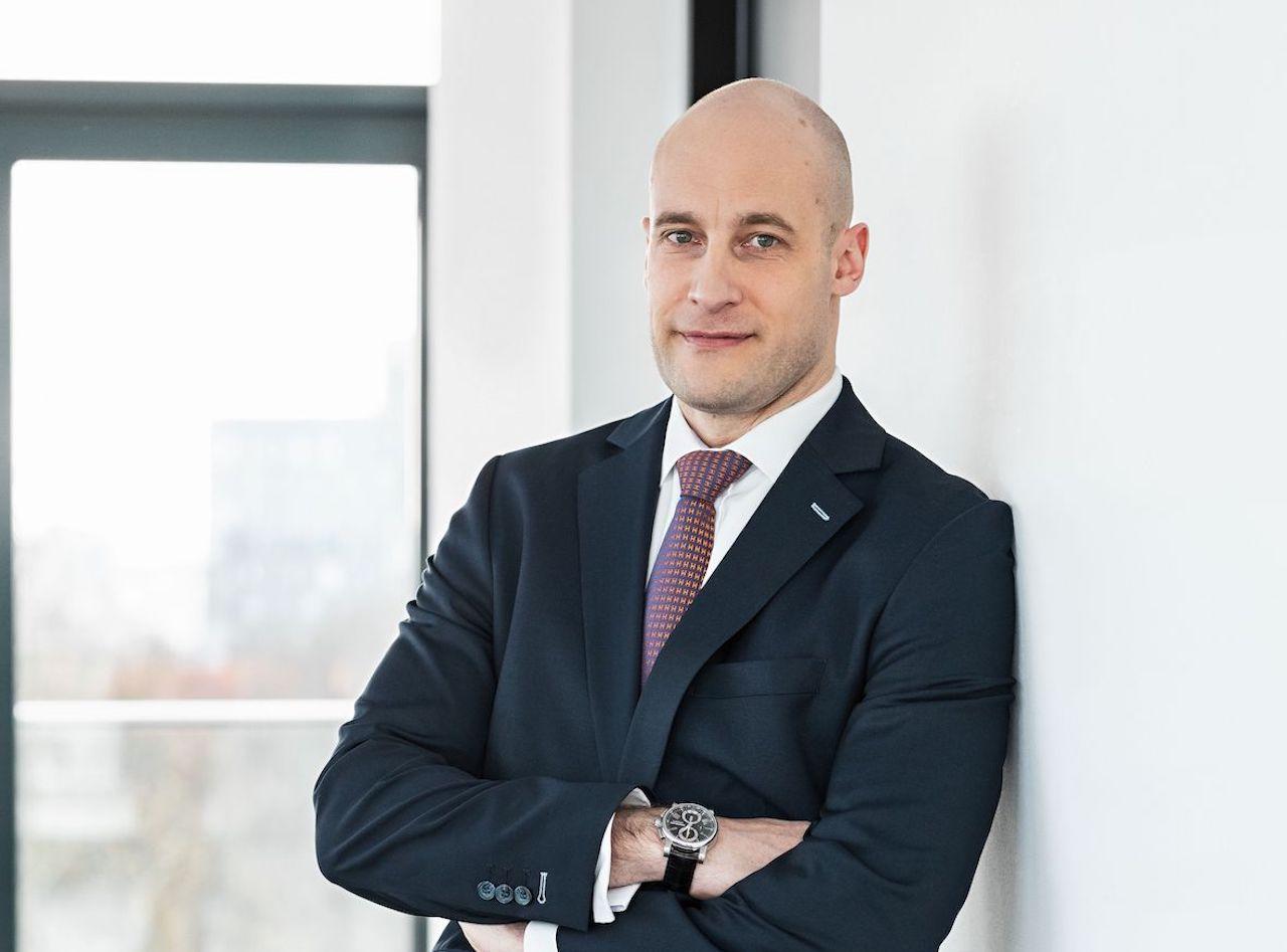 Paribus Geschäftsführer Markus Eschner lehnt sich vor einem Fenster an die Wand