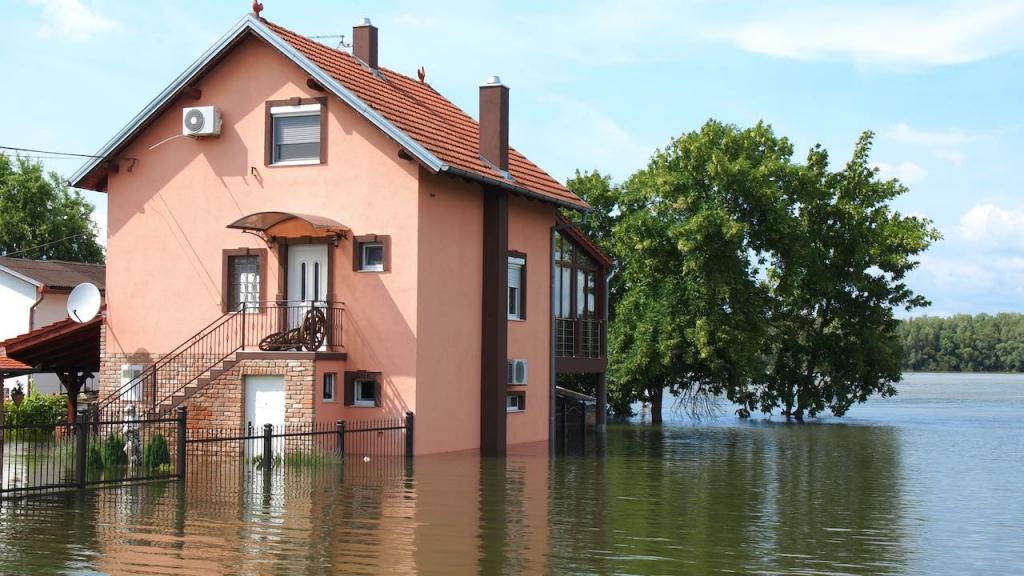 Über die Ufer getretener Fluss flutet Haus.