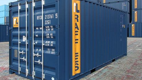 Ein Container von Buss steht vor einem Stapel weiterer Container