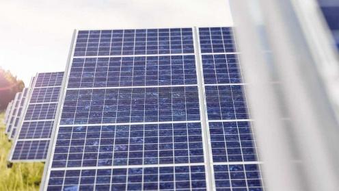 Hep Solaranlagen, die in mehreren Reihen hintereinander stehen